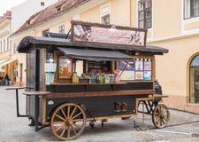 卖甜点的流动摊位在老城布拉索夫在罗马尼亚 免版税库存图片