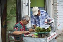 卖甜点的缅甸人民在市场上结块 库存照片