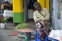 卖甜点的缅甸人民在市场上结块 免版税库存照片