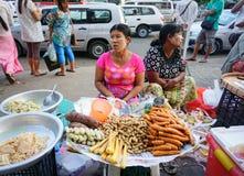 卖甜点的缅甸妇女在市场上结块 库存图片