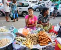卖甜点的缅甸妇女在市场上结块 免版税库存图片