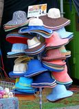 卖由纸做的帽子 库存图片