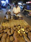 卖白薯在晚上在孟买 免版税库存照片