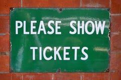 卖票标志在葡萄酒会开蓝色钟形花的草铁路在南英国 库存图片