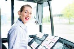 卖票的公共汽车司机妇女 库存照片