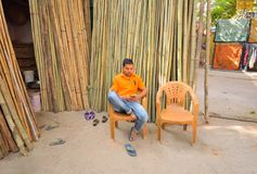 卖竹子的一个人在他的商店 免版税库存照片