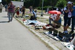 卖第二手衣裳和使用的物品在跳蚤市场上 库存图片