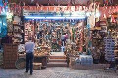 卖纪念品的商店,在Mutrah,马斯喀特,阿曼,中东 免版税库存照片