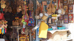 卖纪念品的路边商店对游人 库存图片
