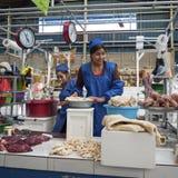 卖肉的未认出的玻利维亚的妇女在主要市场上在苏克雷,玻利维亚 库存图片