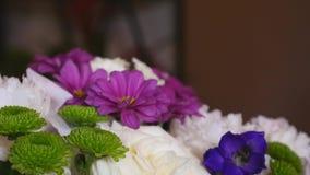 卖花人做包括不同的花的巨大的美丽的多彩多姿的花束 股票视频