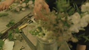 卖花人创造花婚礼的compositionÑŽdecorated地方 股票视频