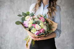 卖花人在工作:相当做时尚现代花束的少妇不同的花 库存照片