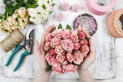 卖花人在工作 做花束的妇女桃红色玫瑰 图库摄影