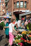 卖花人在港口的老鱼市上在汉堡,德国 免版税库存照片