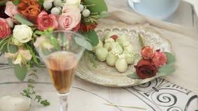 卖花人在花瓶投入花装饰在胜利的桌 股票视频