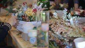 卖花人增加在一个罐的细节花 影视素材