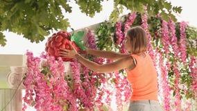 卖花人女孩用一个大人为草莓装饰婚礼曲拱1 股票录像