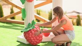 卖花人女孩用一个大人为草莓装饰婚礼曲拱2 股票视频