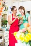 卖花人妇女和顾客花店的 免版税库存照片