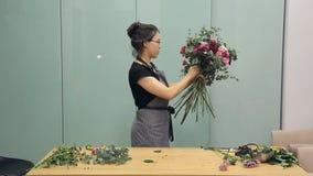 卖花人完成美丽的花束的创作 股票视频