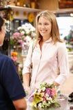 卖花人服务客户 免版税图库摄影