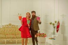 卖花人概念 愉快的妇女和人卖花人微笑与春天花 花店 花店的卖花人 专家 图库摄影