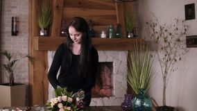 卖花人正面图轻轻地阻塞与丝带的准备好美丽的花束 Floristry,手工制造概念 在的壁炉 股票视频