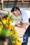 卖花人运作的苗圃 免版税库存照片