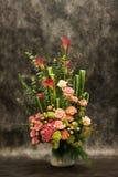 卖花人,在花瓶的桃红色rosr。 免版税库存图片