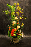 卖花人,花瓶花。 免版税图库摄影