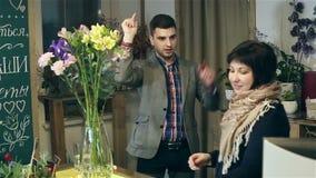 卖花人给在创造花束的主要类 影视素材
