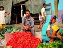 卖花的一个人在市场上 免版税库存照片
