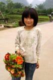 卖花的中国孩子在中国 库存图片