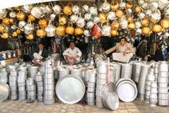 卖茶壶和板材在萨那市场上的人们  免版税图库摄影