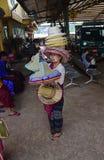 卖草帽的缅甸女性供营商对热天气的访客 库存照片