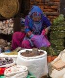 卖草本和香料的妇女在加德满都 免版税库存照片