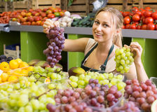 卖葡萄的妇女在市场上 图库摄影