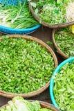 卖蔬菜沙拉的新鲜的叶子亚洲街市 库存照片