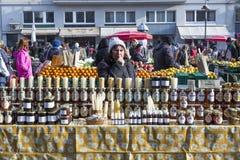 卖蜂蜜和它的产品广告Dolac市场的妇女在萨格勒布,克罗地亚 库存图片