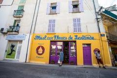 卖蜂蜜的商店做用淡紫色在Valensole开花,普罗旺斯,法国中心村庄  免版税库存照片