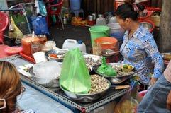 卖街道食物、海洋蜗牛和其他海鲜与ve的妇女 图库摄影