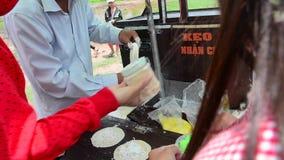 卖街道食物的人们在槟知,湄公河三角洲,越南 股票视频