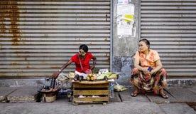 卖街道食物的供营商在仰光,缅甸 库存照片