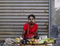 卖街道食物的供营商在仰光,缅甸 免版税库存照片