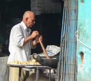 卖街道食物的印地安人在德里 免版税图库摄影