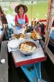 卖被油炸的土豆的妇女在Klong Hae浮动市场, Hatyai,泰国上 免版税库存图片