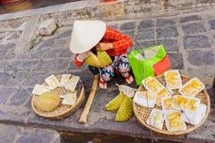 卖被清洗的留连果的骨肉亚裔妇女在越南 免版税库存照片