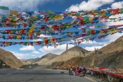 卖西藏石头、小珠和纪念品沿坎帕拉通行证的供营商在西藏自治区 免版税库存图片