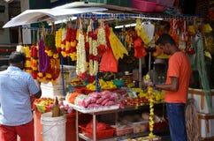 卖诗歌选的花摊位为寺庙奉献物 库存照片